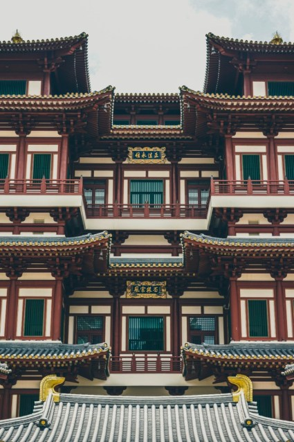 Dark-Red-Chinese-Temple-with-Golden-Decorations-in-Singapore