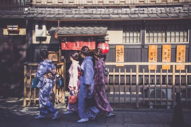 Japanese-Women-Walking-on-the-Streets-of-Kyoto