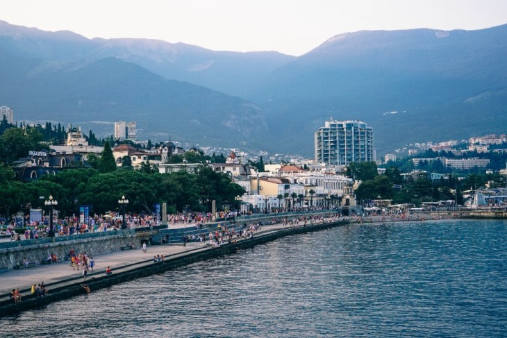 The-Busy-Coast-in-Yalta-with-the-Mountains-in-the-Background