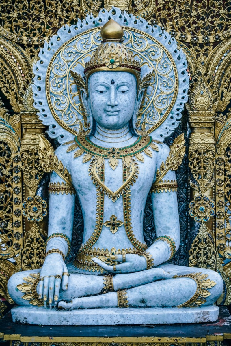 White-and-Gold-Buddhist-Statue-at-the-Doi-Suthep-Temple