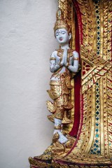 White-and-Gold-Thai-Statue-at-Doi-Suthep-Temple