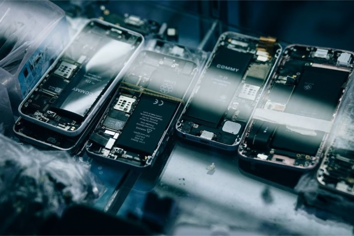 Disassembled-Smartphones-left-for-Repair-in-an-Electronics-Shop