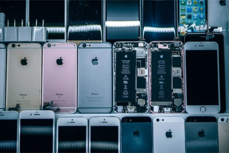 Displayed-iPhones-for-Repair-with-the-Battery-Showing