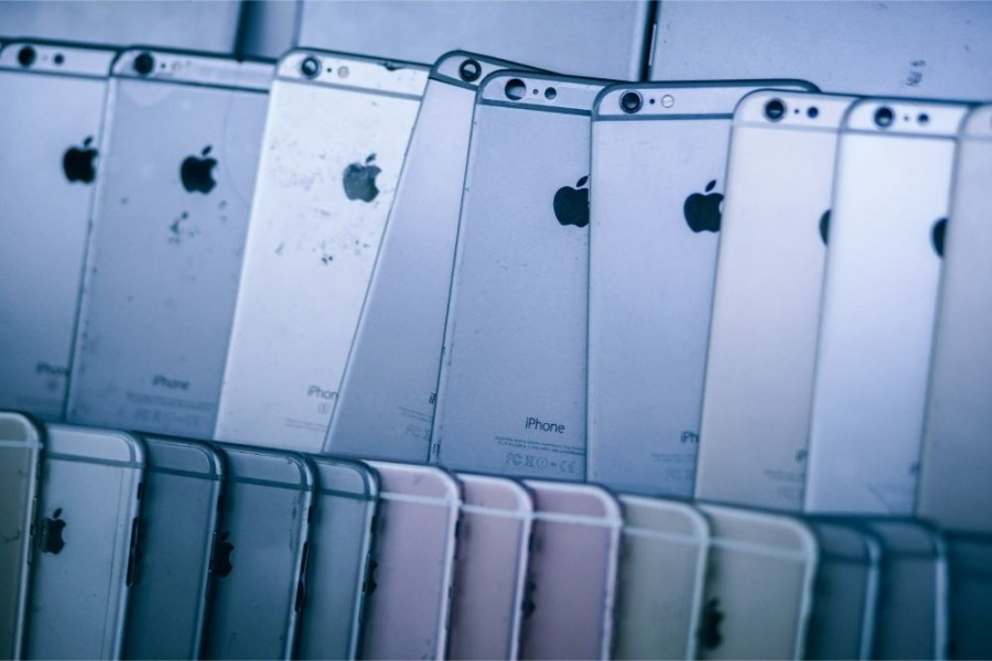 Old-iPhones-Stacked-in-a-Mobile-Repair-Shop