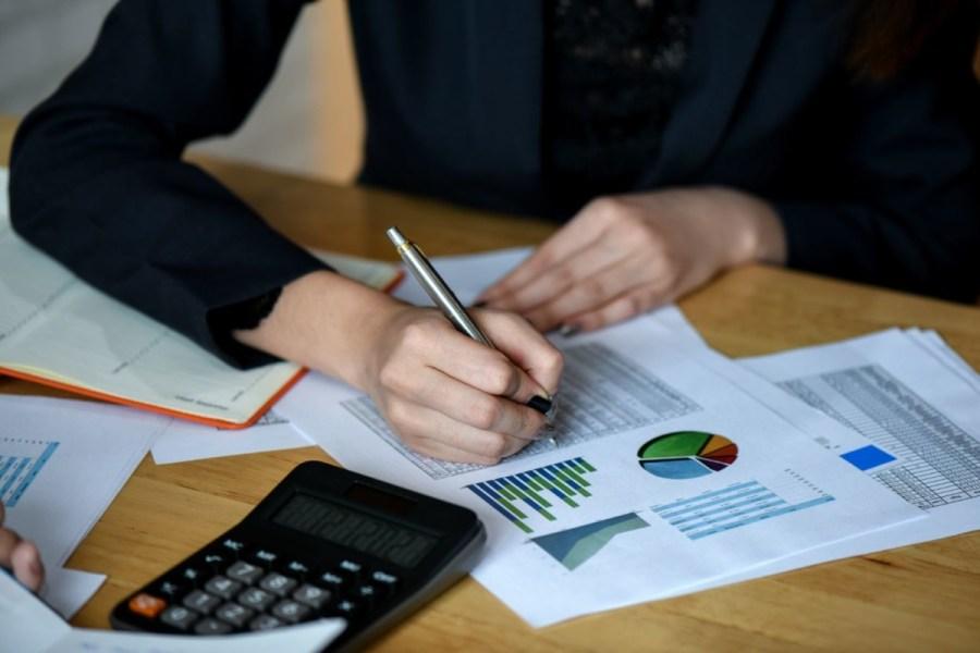 office-staff-analyze-marketing-data-on-the-office-LYP9AWU