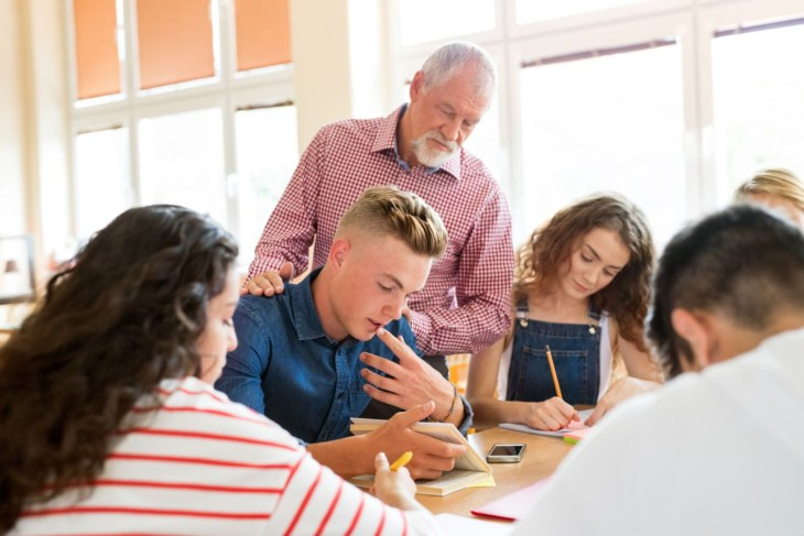 7 Tips How Teachers Can Improve Student Relationship (1)