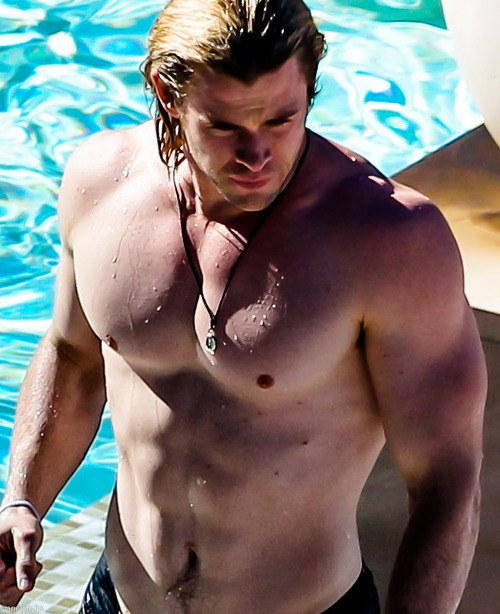 chris_hemsworth-shirtless-beach