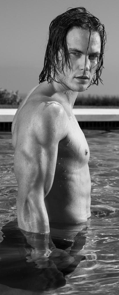 taylor-kitsch-shirtless-bw