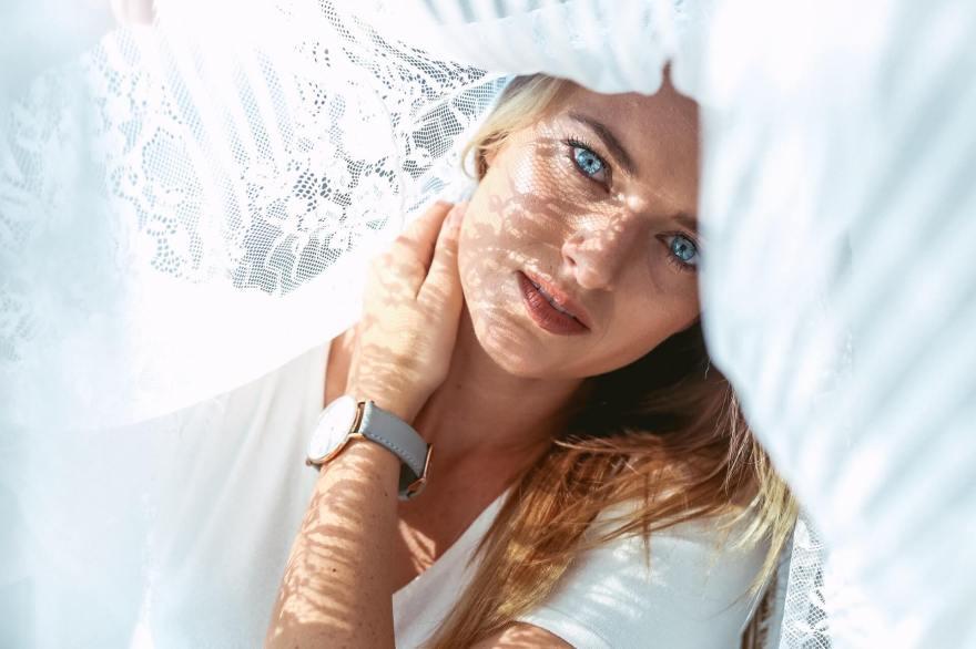 青白い顔の女性の原因と改善方法