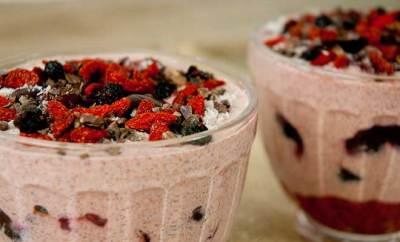 Desayunar con fruta, chía y leche de frutos secos