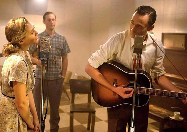 Tom Hiddleston playing the guitar as Hank Williams singing with Elizabeth Olsen in I Saw The Light
