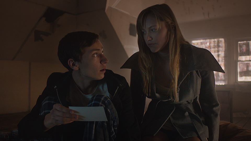 Maika Monroe and Keir Gilchrist read note in It Follows