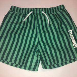 Grønne shorts med striber til drenge fra hummel