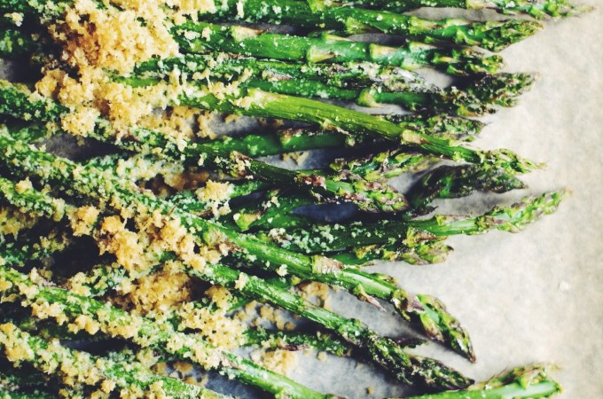 Cheesy vegan asparagus – my favourite in spring, mmm