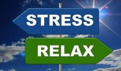 afbeelding van twee bordjes waarop staat Stress links, relax rechts