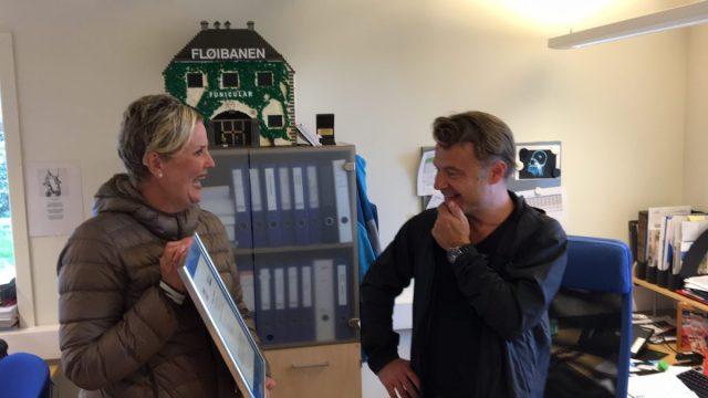 Marianne Johnsen, Markedssjef i Visit Bergen overrekker prisen til Ole Hugo Anderson, Drifts- og serviceleder i Fløibanen