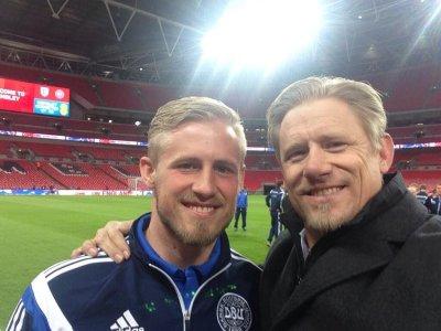Kasper e Peter Schmeichel sorridono al centro del campo