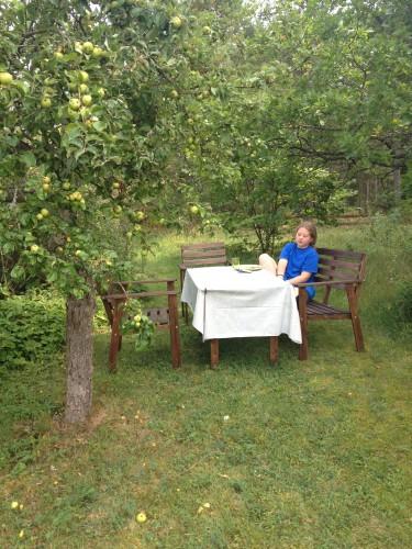 Hedvig i skuggan under äååelträdet