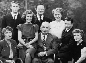 William Moulton Marston (no centro). Olive Byrne (lado direito em pé) e Elizabeth Holloway Marston (sentada na direita)