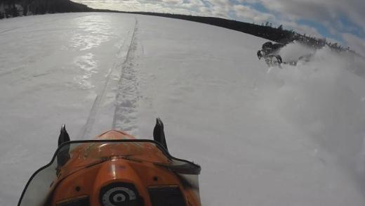 Snowmobile Crash, wat een klapper!