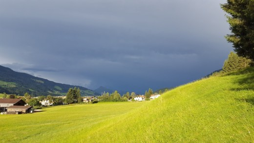 Grote contrasten tussen hitte en buien, later overal zomer