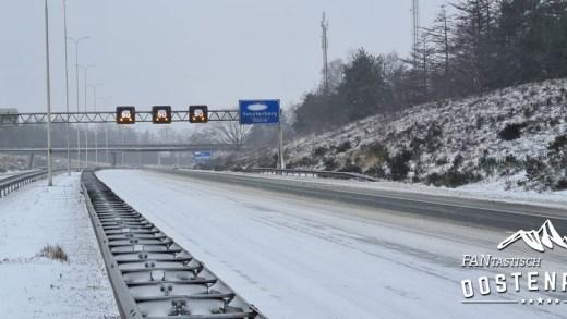 Sneeuw op de snelweg Nederland