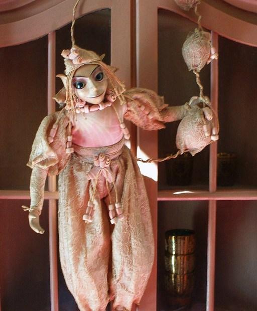fantasiepop wezentjes legende sage mythe origineel handgemaakt eigen ontwerp creatief kunstig imaginaire wereld boetseren textiel original fantastic handcrafted sculpting textiles pink fantasyartdoll