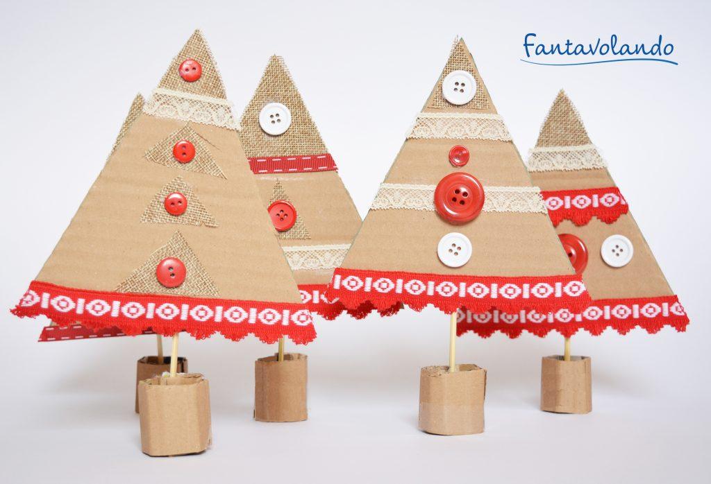 Ecco tante idee per dei lavoretti di natale per bambini della scuola primaria, che possono essere ottime creazioni da portare a casa ai genitori per le feste natalizie. Lavoretti Di Natale Alberi Con Il Cartoncino Di Recupero Fantavolando