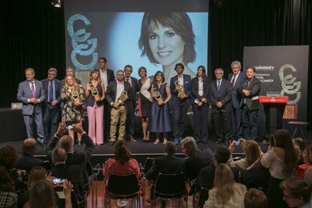 Foto de familia de los premiados con el Jurado y las autoridades asistentes a la entreg /. Foto: Santi Burgos