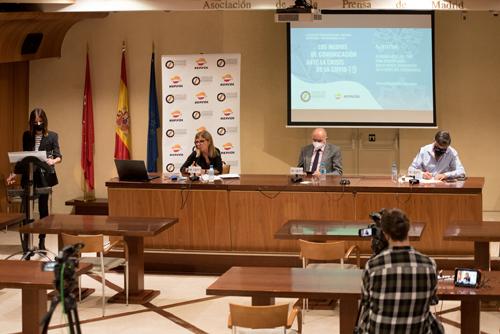 Primera mesa de debate. De izquierda a derecha: Mónica Sanz (de pie), Esther López Palomera, Alipio Gutiérrez y Gervasio Sánchez