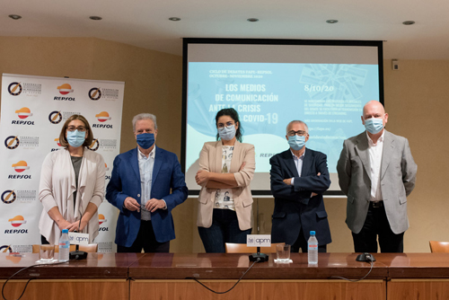 Los participantes en la segunda mesa de debate junto al presidente de la FAPE. De izquierda a derecha: Mónica Tourón, Manuel Campo Vidal, Clara Jiménez, Nemesio Rodríguez y Gabriel Sanz