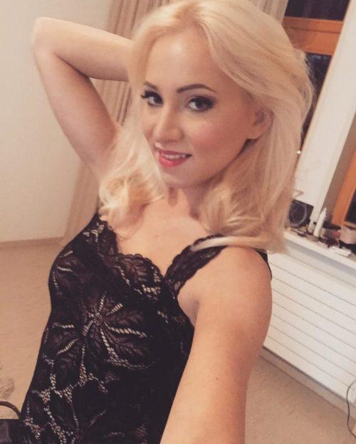 Hot porn star takes a selfie