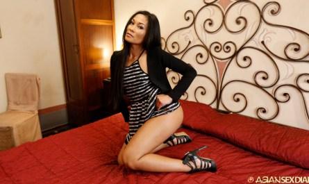 Super Hot Asian slut lifts dress to show some ass and leg