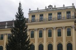 A Schönbrunn-i kastély adventi vásárában felállított karácsonyfa