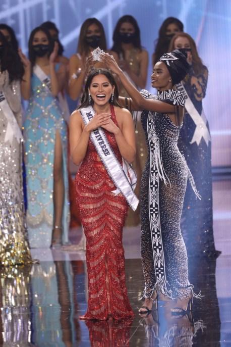 Andrea Meza siendo coronada como Miss Universo 2021