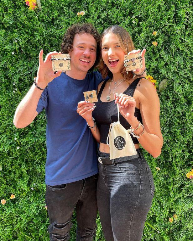 Luisito Comunica y Arisita promocinando los accesorios de Ola Joyas