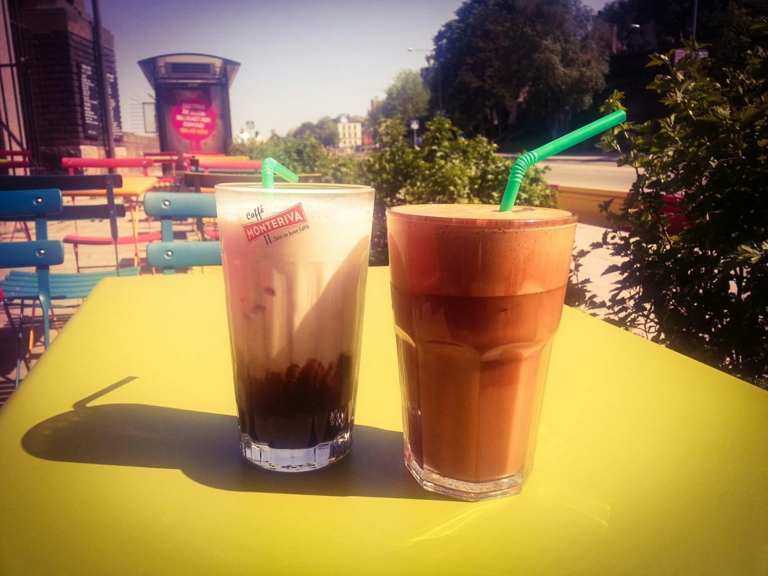 Frappé och iskaffe på Farbror Nikos uteservering