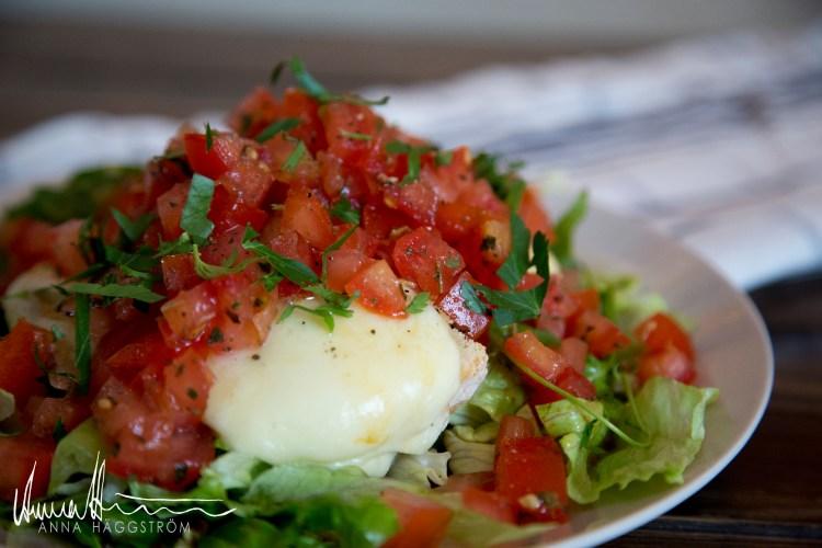 Bruschetta med smält mozzarella, hackade färska tomater och vitlök