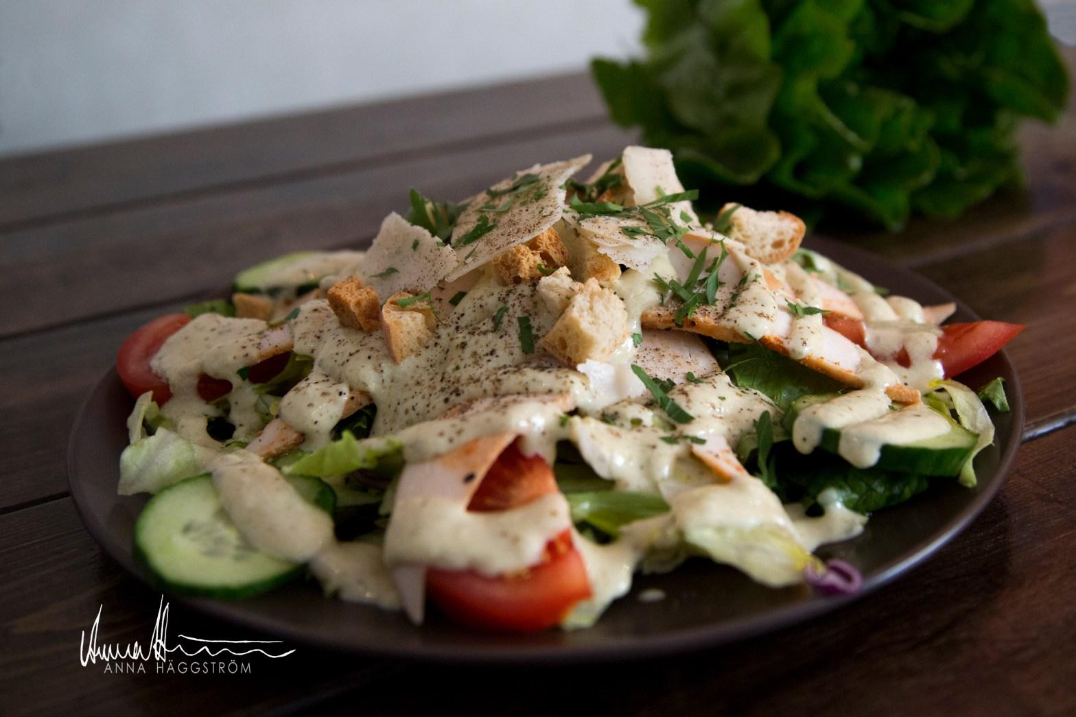 Caesarsallad med grillkryddad kyckling på grekiska lunch restaurangen Farbror Nikos på Södermalm