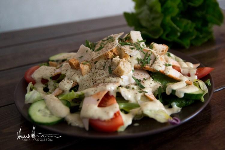 Caesar sallad med grillkryddad kyckling på grekiska lunch restaurangen Farbror Nikos på Södermalm