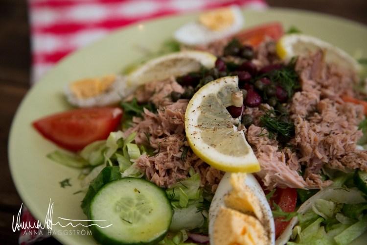 Fettsnål & proteinrik tonfisksallad med ägg, röda bönor, kapris, citronklyftor, ruccola m.m.