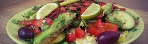 Vegansk sallad med avokado, rostade mandlar och röda bönor