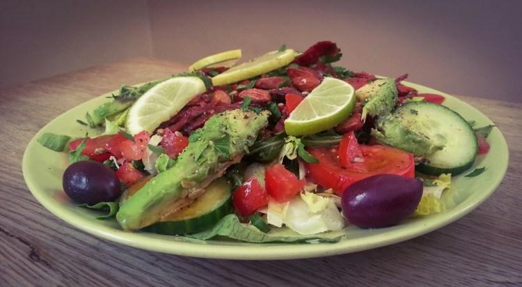 Vegansk sallad med avokado, rostade mandalr och röda bönor
