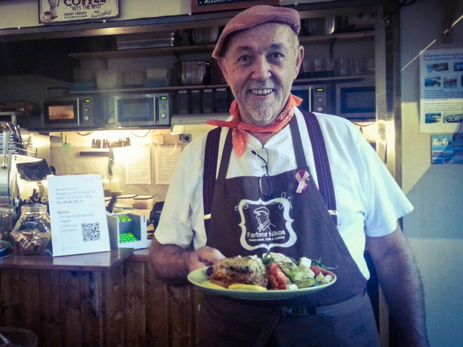 Farbror Nikos serverar moussaka med sallad