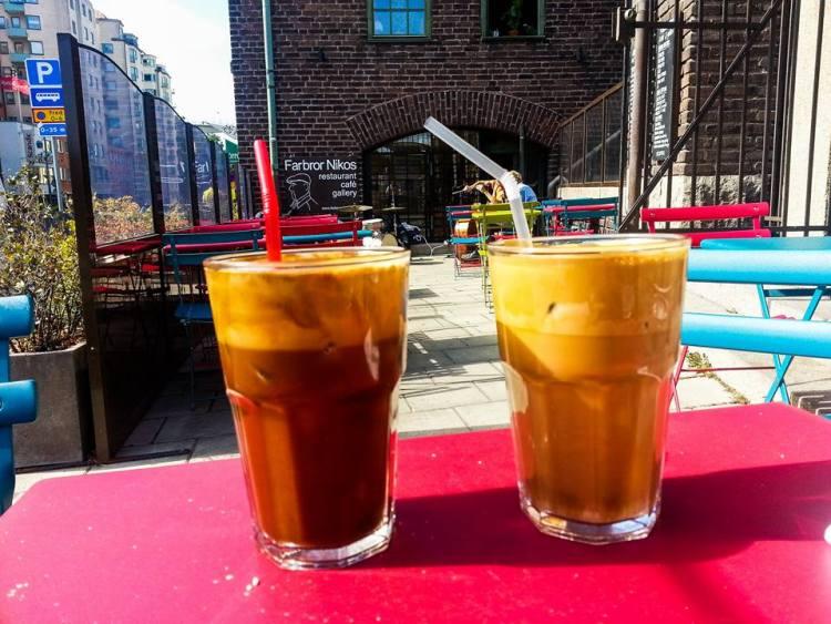 Kourabiedes / grekiska mandelkakor bakas varje vecka på Farbror Nikos café på Södermalm
