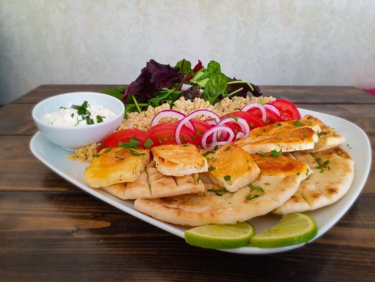 Farbror Nikos vegetariska gyrostallrik / vegokebab med gyros på grillad halloumi, bulghur, äkta grekisk tzatziki, pitabröd istället för pommes, rödlök, tomat, sallad och citronskiva