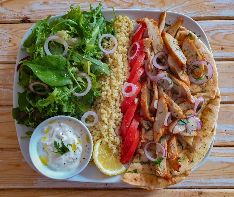 Gyrostallrik kycklingfilé, tzatziki, bulgur och pitabröd till lunch på Södermalm