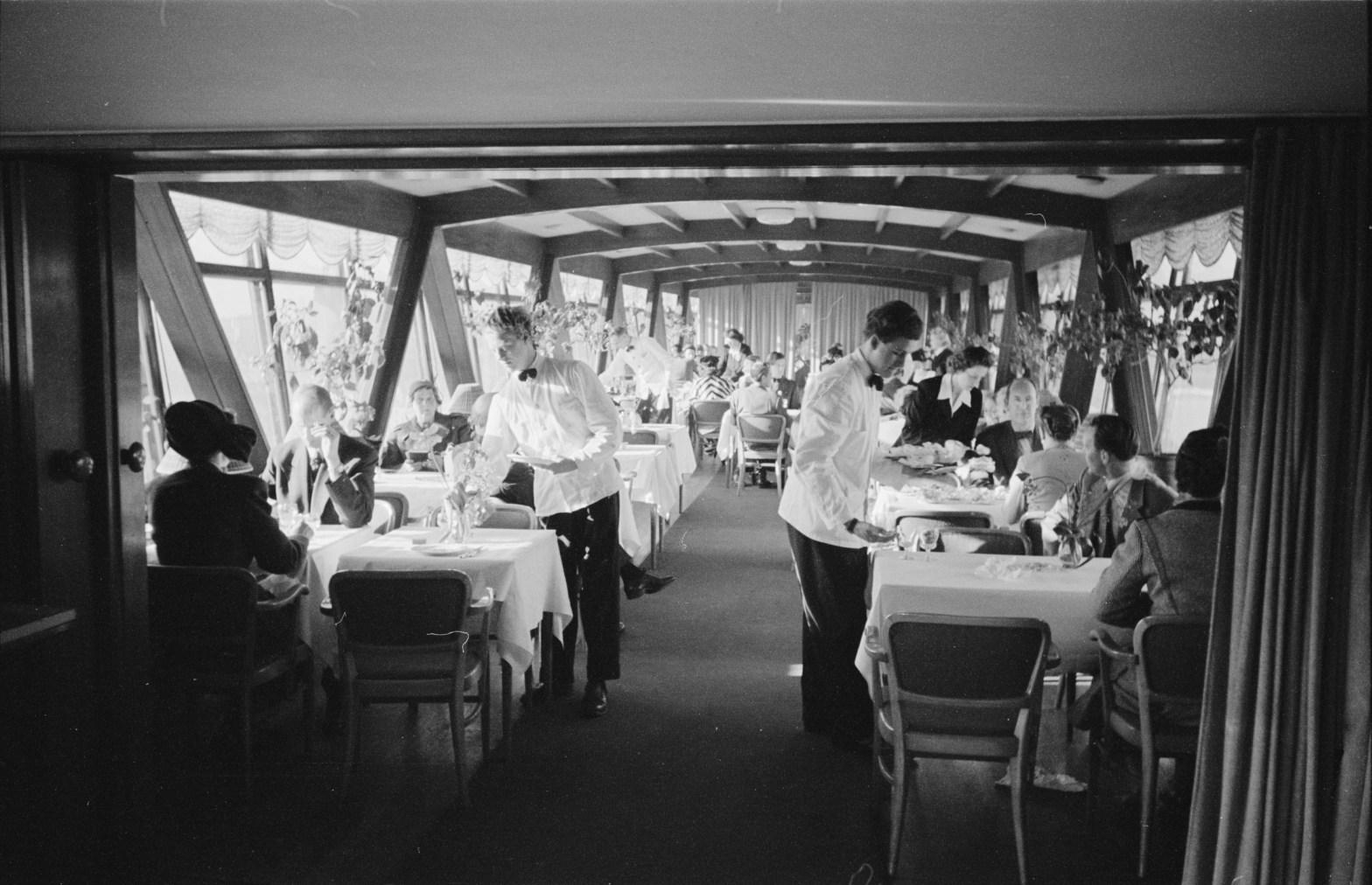 Personal på restaurang Gondolen serverar dagens lunch