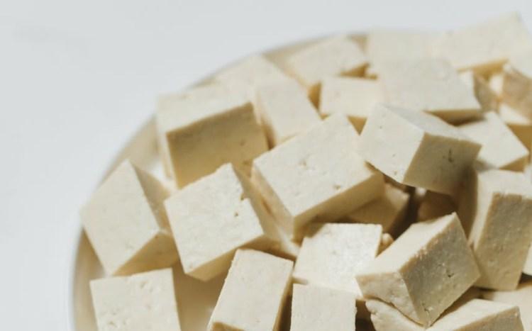 Många veganer, vegetarianer & flexitarianer fyller sin spanakopita med tofu.