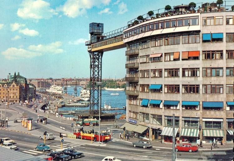 Vykort med Katarinahissen, restaurang Gondolen, KF-huset och Skeppsbron vid Slussen i Stockholm